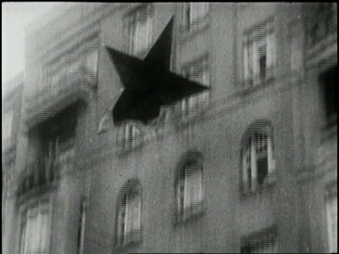 vídeos de stock e filmes b-roll de communist star falls from a government building during the hungarian revolution in budapest, hungary in 1956. - 1956
