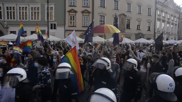 community and supporters wear protective face masks dance during the 2020 equality march on the unesco listed main square on august 29, 2020 in... - polen bildbanksvideor och videomaterial från bakom kulisserna