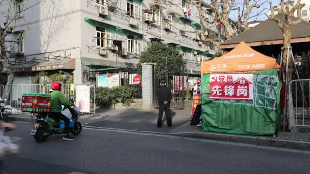 vídeos de stock, filmes e b-roll de community checks of every residents' temperature at the entrance of gated community at hangzhou, china. the city is conducting door-to-door... - símbolo de resíduos biológicos