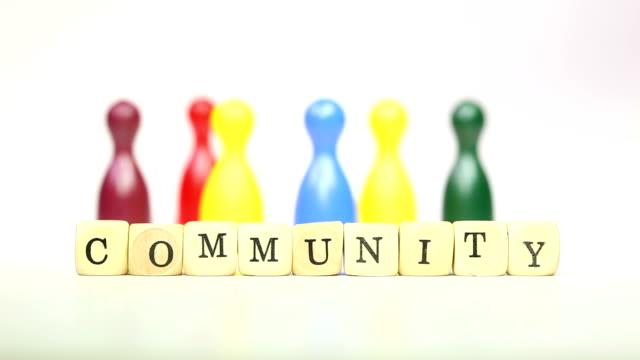 community-holz-figuren im hintergrund - viele gegenstände stock-videos und b-roll-filmmaterial