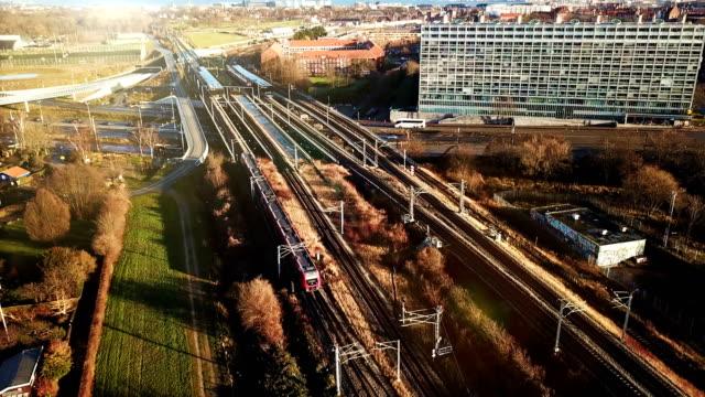 pendeln sie mit dem elektro-city-train - schienenverkehr stock-videos und b-roll-filmmaterial