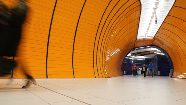 stockvideo's en b-roll-footage met commuter op metro platform in münchen - metro passagierstrein