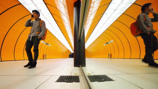 Pendler am Bahnsteig der U-Bahn in München
