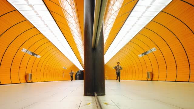 vídeos de stock, filmes e b-roll de viajante de bilhete mensal na estação de metrô em munique - pataforma de estação de metrô