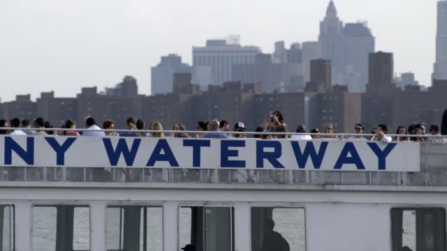 commuter ferry on the east river - besichtigung stock-videos und b-roll-filmmaterial