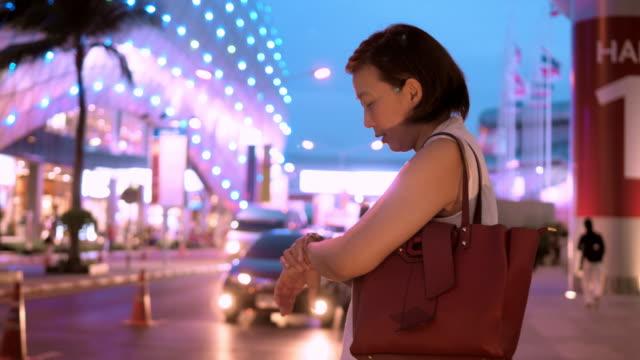 vídeos de stock e filmes b-roll de commuter in the city - encomendar