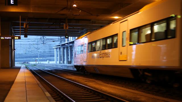 vídeos y material grabado en eventos de stock de tren de cercanías sale de la estación de ferrocarril - tren de cercanías