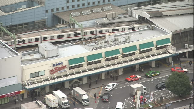 vidéos et rushes de a commuter train enters shinagawa station in tokyo. - train de banlieue