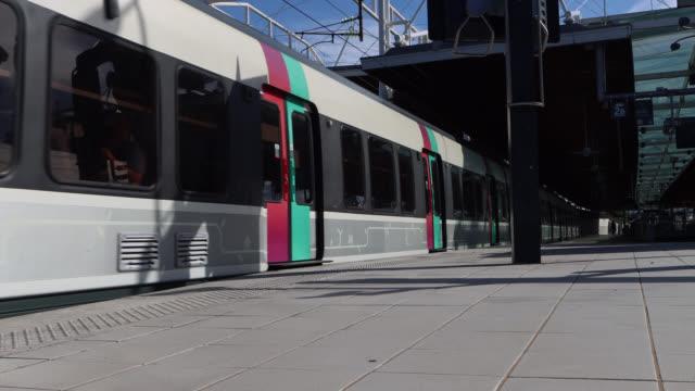 vidéos et rushes de commuter train (rer) in station - signalisation