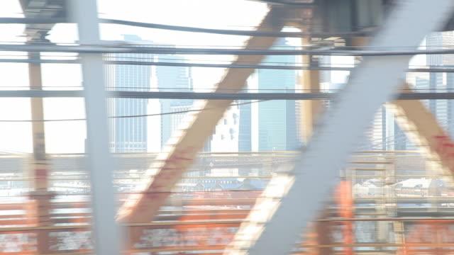 vídeos de stock e filmes b-roll de a commuter train passes over the manhattan bridge. - ponte de manhattan
