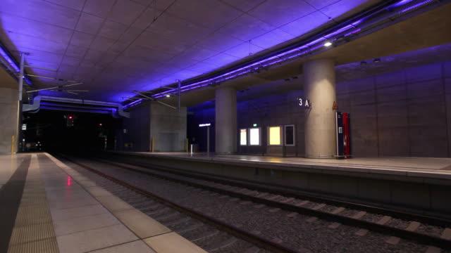 ms commuter train passing underground station / cologne, north-rhine westphalia - tunnelbaneplattform bildbanksvideor och videomaterial från bakom kulisserna