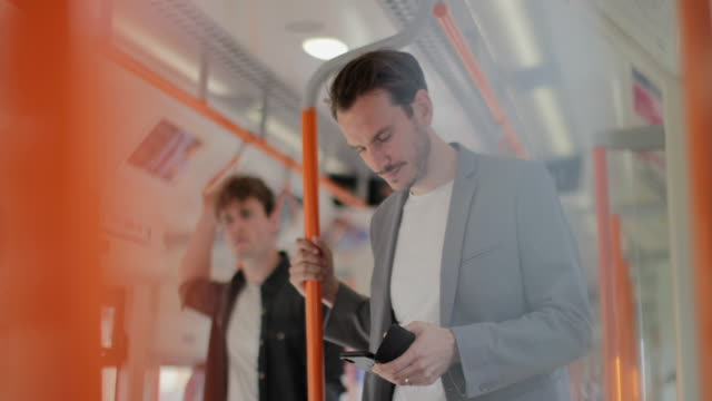 vidéos et rushes de commuter using smartphone on train - tramway