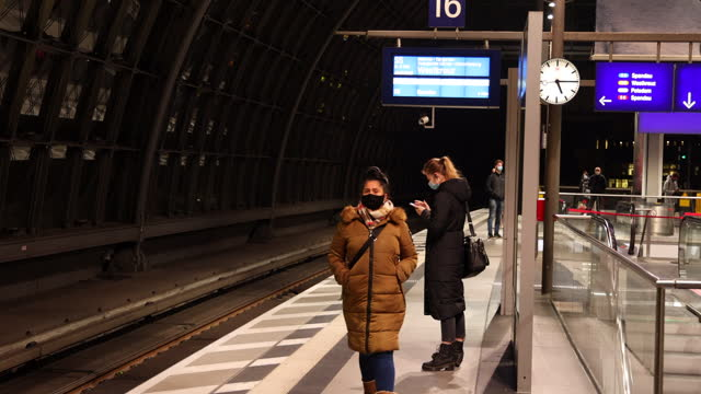 vídeos y material grabado en eventos de stock de commuter wearing a protective face mask waits for the s-bahn at hauptbahnhof main railway station during the second wave of the coronavirus pandemic... - centro de berlín