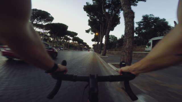 vídeos y material grabado en eventos de stock de pov commuter with racing bicycle in rome: to the coliseum - manillar