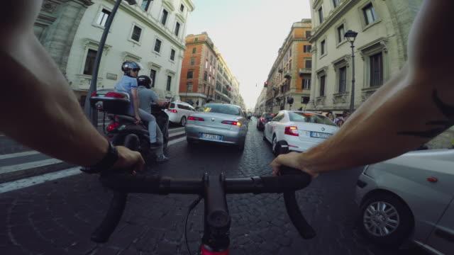 vidéos et rushes de commuter with racing bicycle in the center of rome pov - instrument de mesure du temps