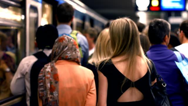 通勤者および搭乗地下鉄(白黒)