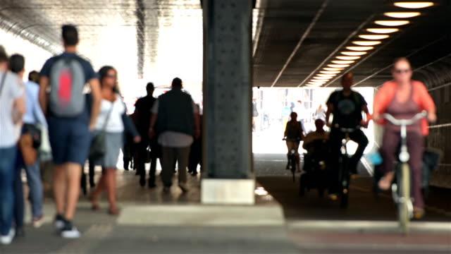 Pendlare och cyklister i tunneln