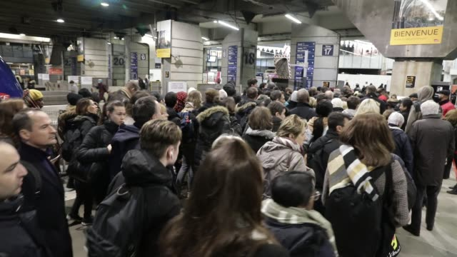 vidéos et rushes de commuters arrive at montparnasse train station during strikes and inter-professional demonstrations against pension reform in paris on december 9,... - grève