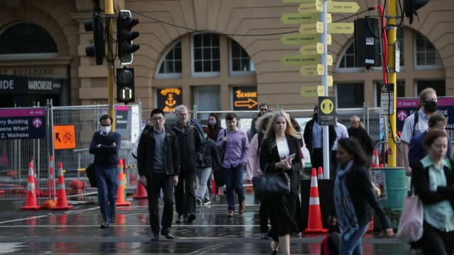 commuters arrive in the auckland cbd on october 08, 2020 in auckland, new zealand. auckland moved to covid-19 alert level 1 as of 11:59pm on... - nuova zelanda video stock e b–roll