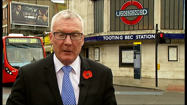 stockvideo's en b-roll-footage met commuters asked to avoid part of northern line during rush hour tooting bec reporter to camera - vermijden
