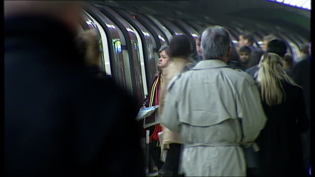 stockvideo's en b-roll-footage met commuters asked to avoid part of northern line during rush hour date int people on and off tube train and along platform - vermijden