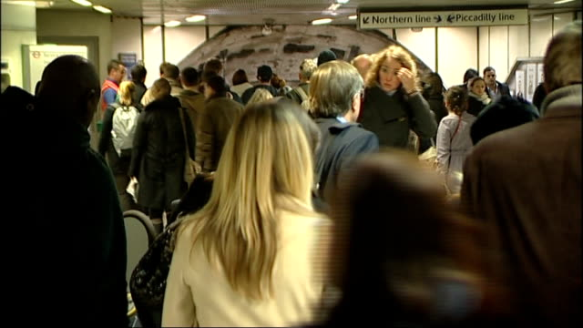 stockvideo's en b-roll-footage met commuters asked to avoid part of northern line during rush hour r29100807 / int people along through ticket barriers and towards 'northern line... - vermijden
