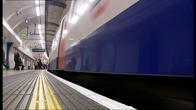 stockvideo's en b-roll-footage met commuters asked to avoid part of northern line during rush hour low angle view tube train along platform train along into tunnel - vermijden