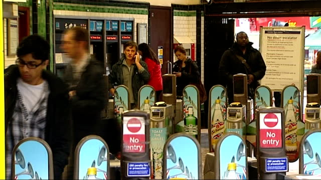 stockvideo's en b-roll-footage met commuters asked to avoid part of northern line during rush hour t04071218 / tx people exiting through ticket barriers 'norther line severe delays'... - vermijden
