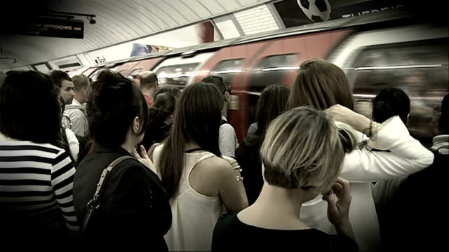 stockvideo's en b-roll-footage met commuters asked to avoid part of northern line during rush hour r03081204 / london crowded underground train platform as tube train approaching /... - vermijden