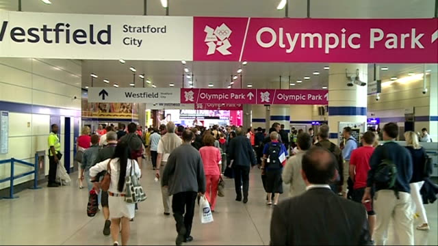 stockvideo's en b-roll-footage met commuters asked to avoid part of northern line during rush hour r03081204 / int people along concourse under 'westfield stratford city olympic park'... - vermijden