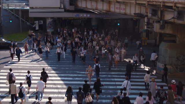大阪駅 (スローモーション) で通勤 - 大阪駅点の映像素材/bロール