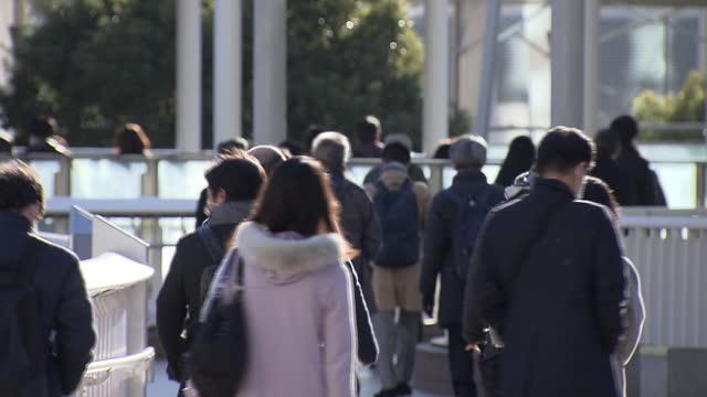 commuters at shinagawa station, tokyo, japan - walkable city stock videos & royalty-free footage