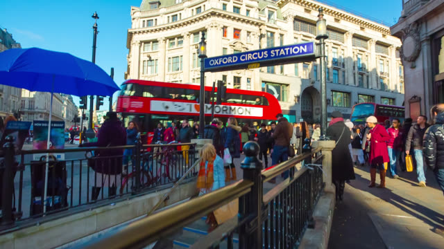 vídeos de stock e filmes b-roll de commuters at the entrance to oxford circus underground station in london, united kingdom. - stabilized shot