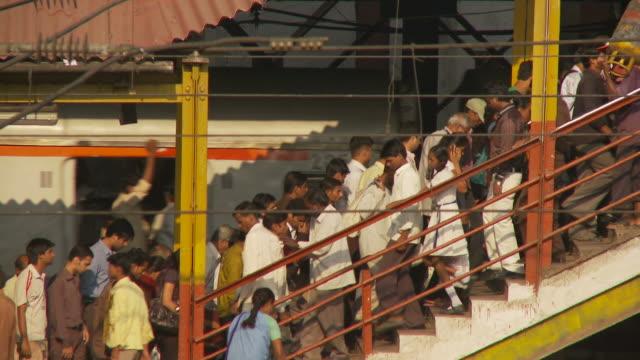 ws commuters at train station / mumbai, india - maharashtra stock-videos und b-roll-filmmaterial