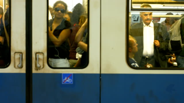 commuters boarding subway train. - beengt stock-videos und b-roll-filmmaterial