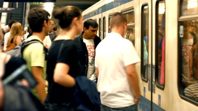 TL Pendler Boarding U-Bahn/Zug (4 k UHD zu HD)