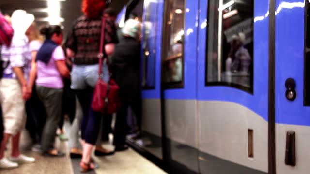 Pendler Boarding U-Bahnzug