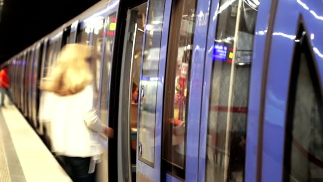 搭乗地下鉄の通勤者