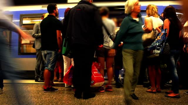 vídeos de stock, filmes e b-roll de tl usuários de embarque no metrô - transporte público