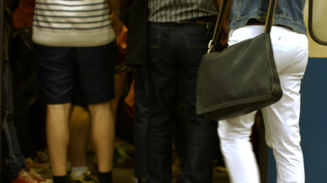の通勤者搭乗地下鉄、4 k - 混雑した点の映像素材/bロール