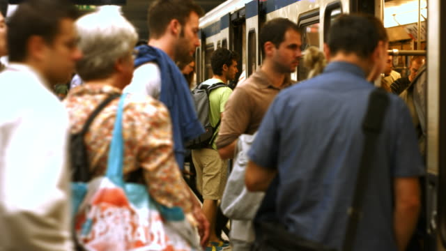commuters boarding subway train - beengt stock-videos und b-roll-filmmaterial