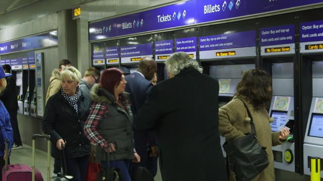 ms commuters buying tickets / king's cross station, london, england, united kingdom - verkaufsberuf stock-videos und b-roll-filmmaterial