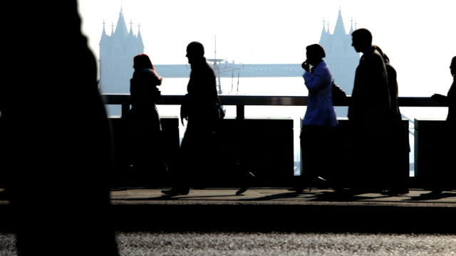 pendolari che: lavoratori della città di london bridge in background - ora di punta video stock e b–roll
