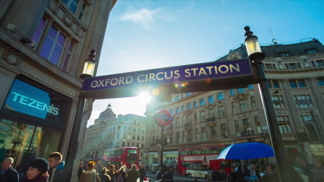 commuters during rush hour in oxford circus in london. - oxford england点の映像素材/bロール