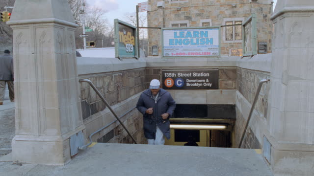 vídeos de stock e filmes b-roll de commuters enter and exit the 135th street subway station in new york city. - ano 2000