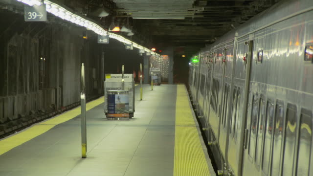 vídeos de stock e filmes b-roll de t/l ms commuters exiting subway train on platform / new york city, new york, usa - desembarcar