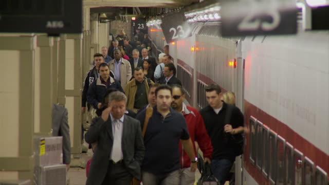 vídeos de stock, filmes e b-roll de slo mo ms commuters exiting subway train on platform / new york city, new york, usa - estação