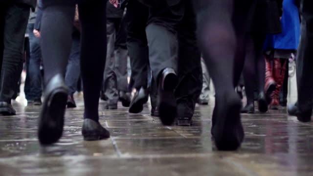 pendler folgenden beine com - marschieren stock-videos und b-roll-filmmaterial