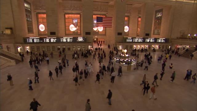 vídeos y material grabado en eventos de stock de commuters hustle through the main lobby of manhattan's grand central station. - estación edificio de transporte