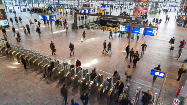 4K TIME LAPSE: Commuters in Rotterdam train station
